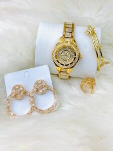 Ensemble bijoux dorés perlés...
